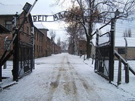 260px-Auschwitz_I_entrance_snow